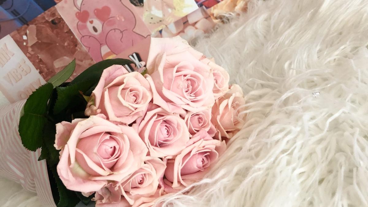 Bloemschikken, roze rozen voor mijn innerprinses.